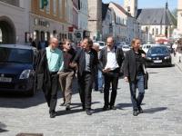 Architekt Ernst Beneder führt über den Stadtplatz